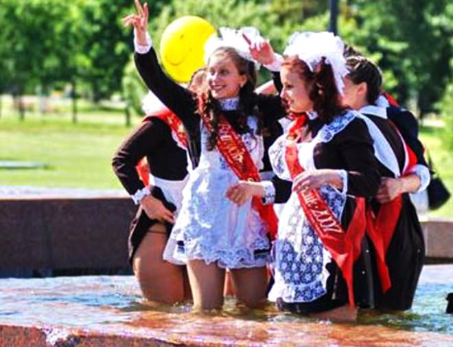 Rus Kızların Havuz Keyfi