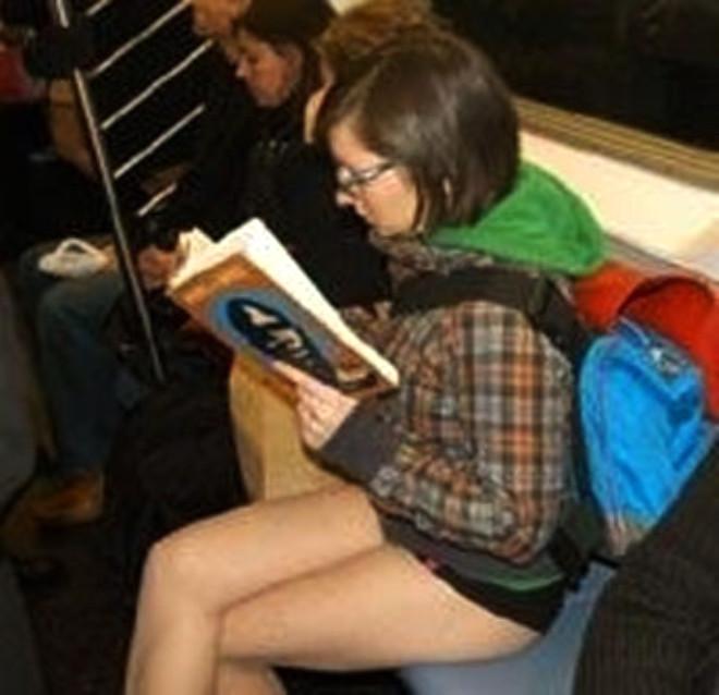 Metroda İç Çamaşırlı Eylem