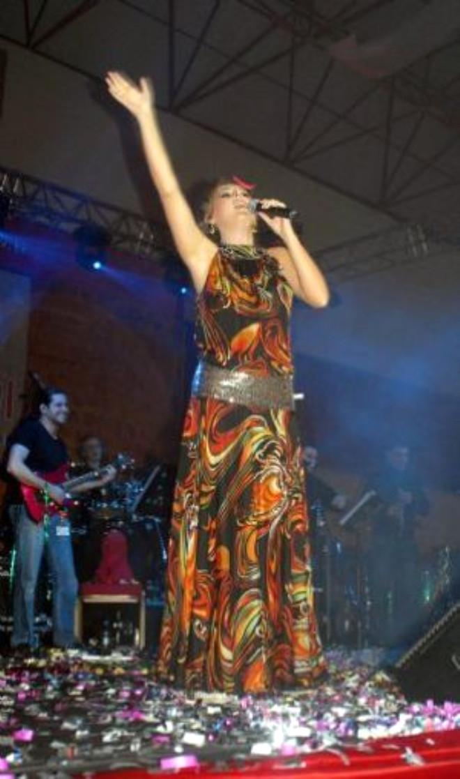 Vali'de `Şemame' Şarkısına Eşlik Etti