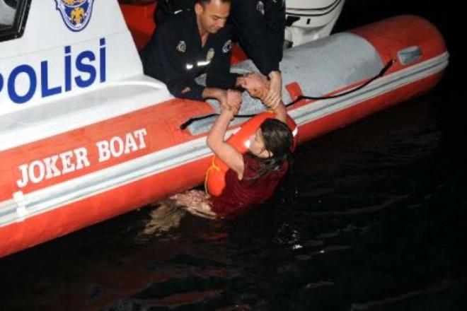 Denizde Kırmızı Elbiseli Alarmı!