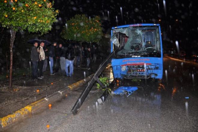 Otobüs Durağa Daldı: 2 Ölü!