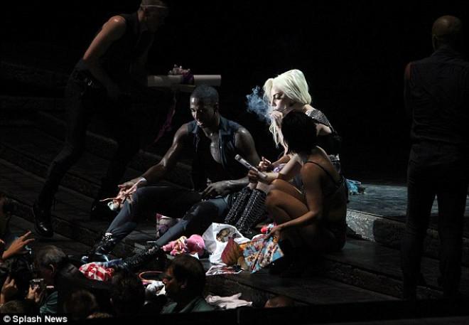 Lady Gaga Sahnede Esrar İçti