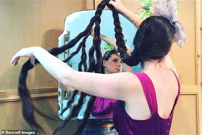32 Yaşındaki Rapunzel Saçlı Kadın 20 Yıldır Saçlarını Yıkamıyor!